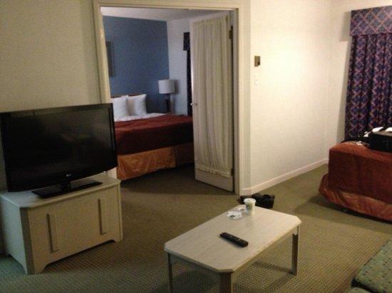 Quality Suites Laval: Salon vue vers chambre maitre