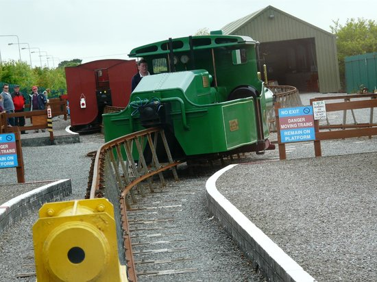 Lartigue Monorail: Turning the engine to haul the carriages from the front.