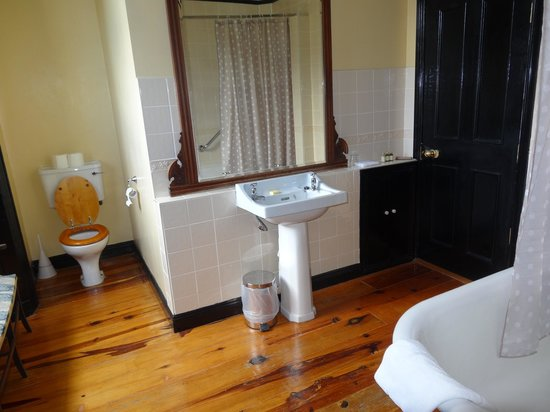 Viewmount House: Packenham Suite bathroom (tub/shower is on the right)