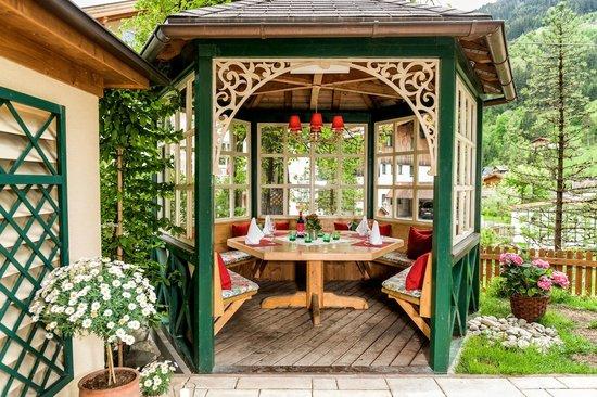 Landhotel Römerhof: Herrlicher Gastgarten mit Salettl