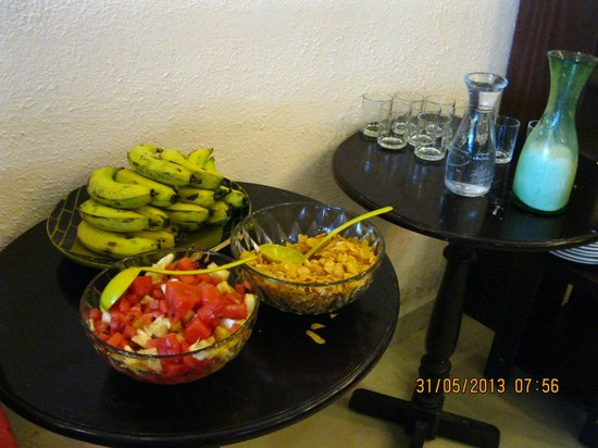 Dalat Green City Hotel: cornflakes and fruits