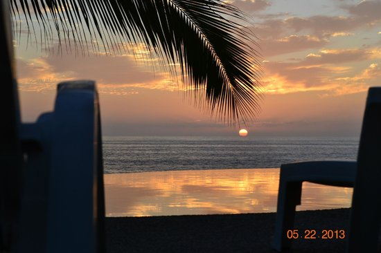 Bungalows Lydia: Amazing Sunsets by our infinity pool.
