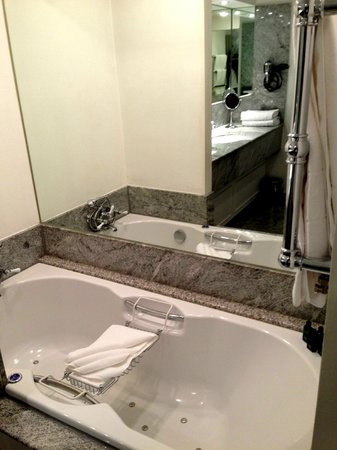 Pand Hotel Small Luxury Hotel : Jacuzzi in Ralph Lauren Suite