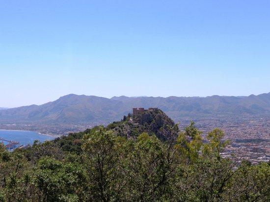 Monte Pellegrino: Castello Utveggio ..... al metà del percorso.
