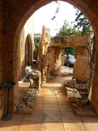 Roman II Boutique Hotel : Through the ruins into comfort