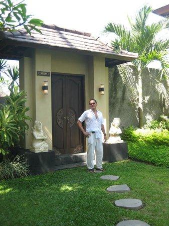 The Kampung Ubud Villa: pintu masuk ke villa