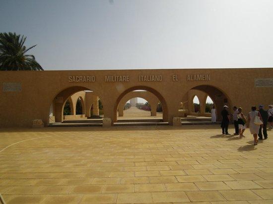 El Alamein, Egypten: N 30.90118 E 28.83707 Ingresso