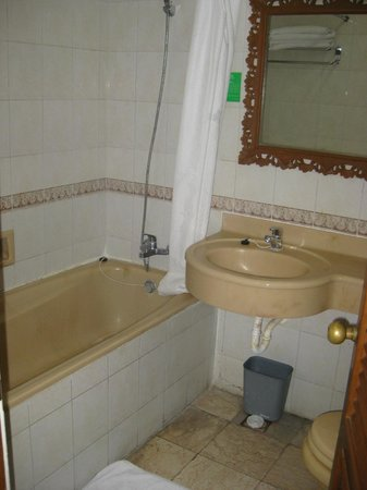 Wina Holiday Villa Hotel: Deluxe room: Tub is high and you can bang your knee getting in