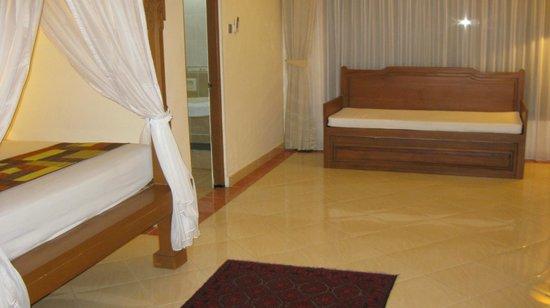 Wina Holiday Villa Hotel: Suite: Spacious area