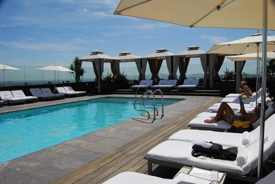 SIXTY Beverly Hills: La piscina