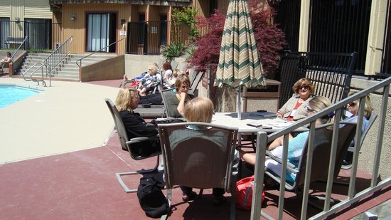 Red Lion Hotel Kennewick Columbia Center: relaxing at the pool