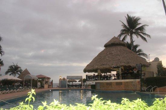 Vallarta Torre: Pool and Palapa bar