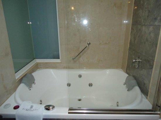 Europlaza Hotel & Suites: banheira limpinha