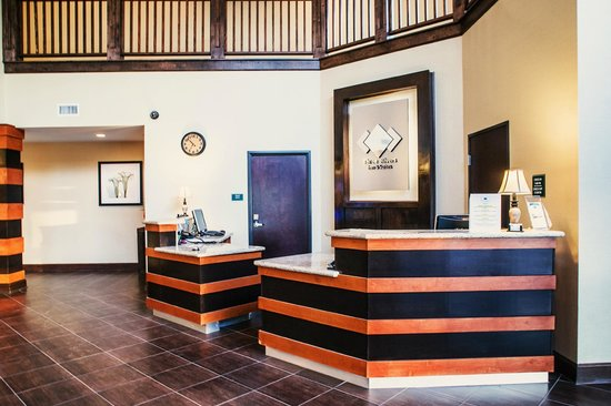 Three Rivers Inn & Suites: Main Lobby and upper lobby