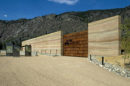 Nk'Mip Desert Cultural Centre : Big gate with the Rammed Earth Wall