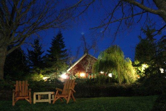 Pretty River Valley Country Inn : Inn at night
