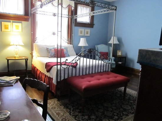 Inn at the Park Bed & Breakfast : The Debutante room