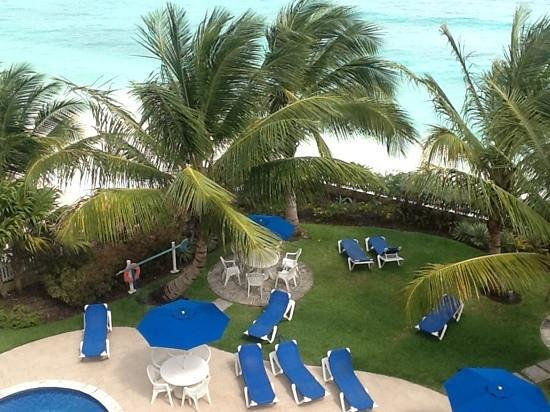 Maxwell Beach Villas : a view of the garden from room 401