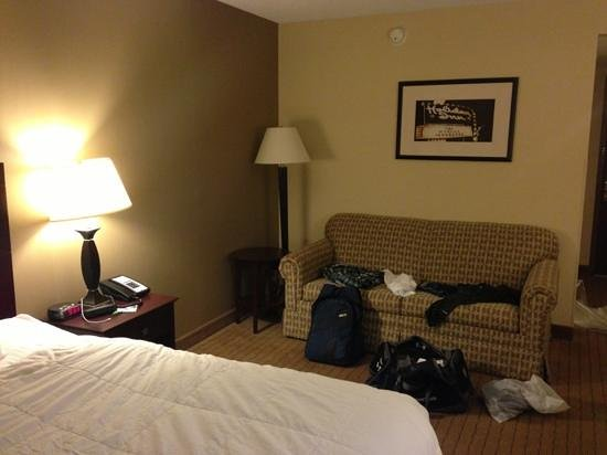 Holiday Inn Kalamazoo-West: sofa/living area