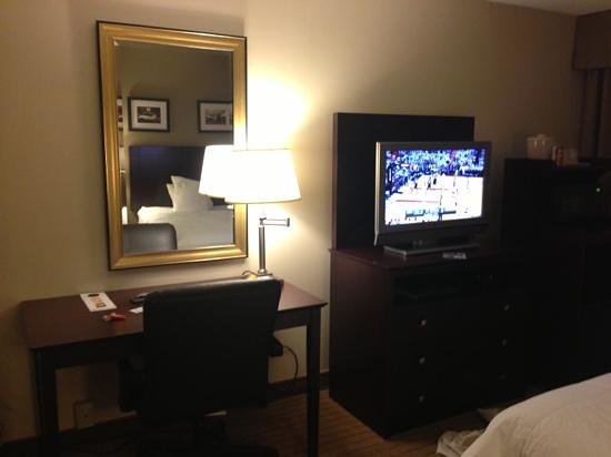 Holiday Inn Kalamazoo-West: desk, mirror, TV
