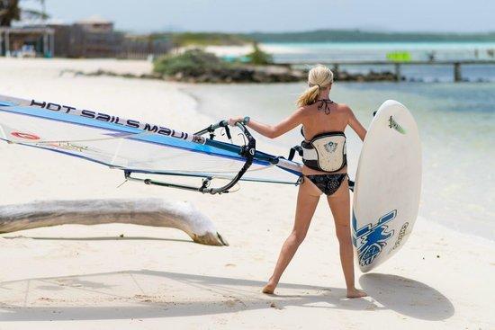 Sorobon Beach, Wellness & Windsurf Resort: surfster die vanaf het strand gaat surfen