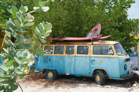 Sorobon Beach & Wellness Resort : Surfsfeer aan toegangsweg naar Sorobon