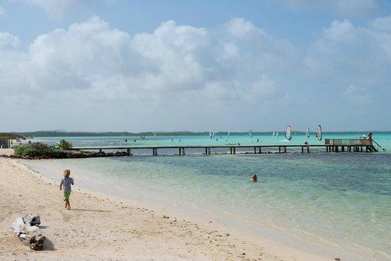Sorobon Beach Resort: Het strand van Sorobon met surfers op achtergrond