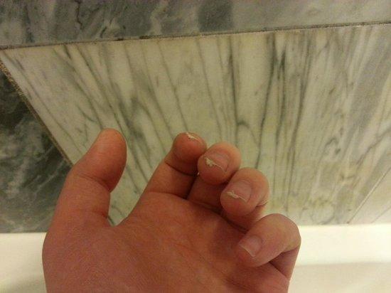New York - New York Hotel and Casino: Dirt from shower walls