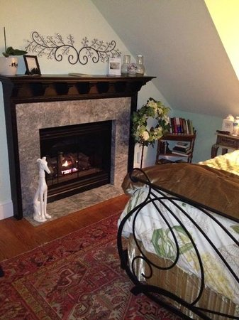 The Inn at 400 West High: Gas fireplace