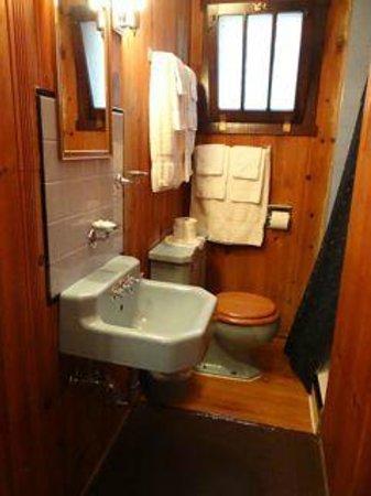 Lincoln Motor Court: Blue Tile U0026 Knotty Pine Bathroom