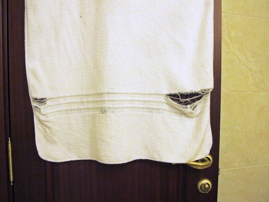 Moscow Marriott Tverskaya Hotel: Ratty old towel provided in bathroom