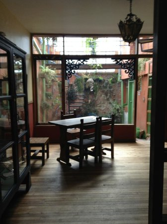 Posada Del Maple: An area to eat in front of courtyard