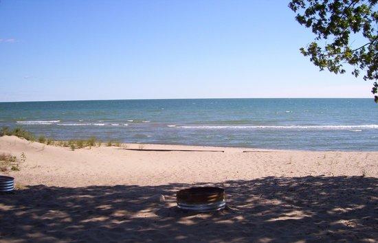 Camp Inn Lodge: Beach