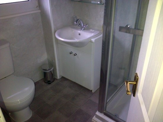 Hillside Bed & Breakfast: More bathroom!