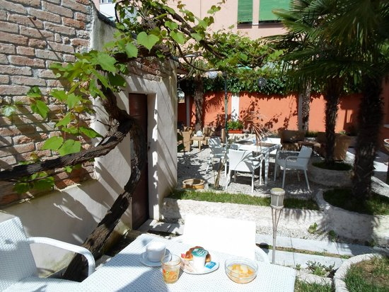Hotel La Pergola di Venezia: Breakfast under wine leaves