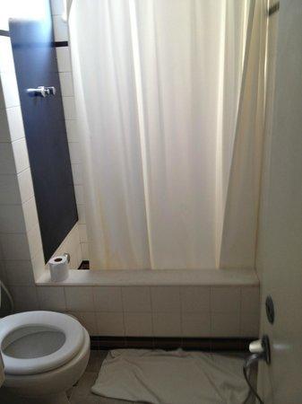 Aeroporto Othon: banheiro antigo e sujo