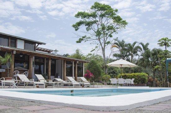 Finca-Hosteria El Retiro: Área de piscina