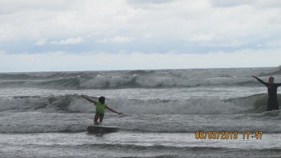 Costa Rica Surfing Company: Russell teaches Bradie some some surfing tricks to win tournaments!