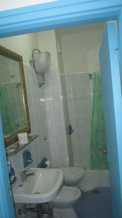 Hotel Cavour: Bathroom