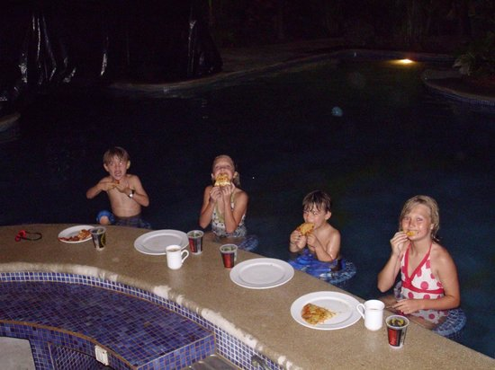 Costa Rica Surfing Company : The kids enjoyed pizza at the swim-up bar in the pool at the Villa