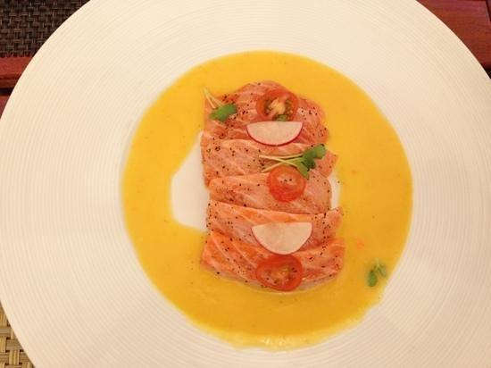 Joshu-Ya: salmon tataki with mango sauce