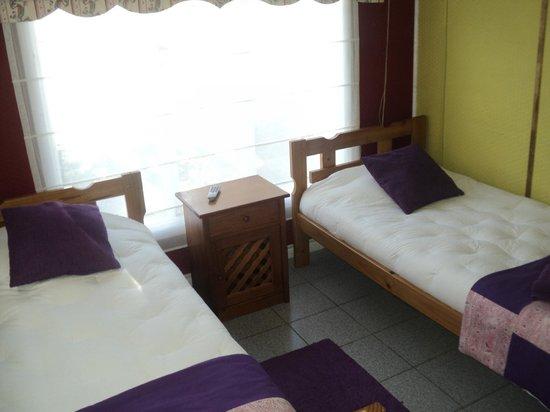 Hostal Kloketen : hab.doble dos camas baño compartido