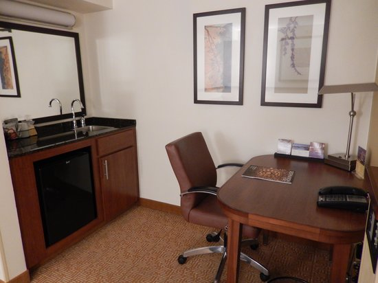 Hyatt Place Baltimore/BWI Airport: The sink and working table
