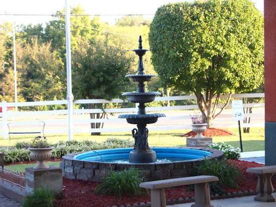 Best Western Galleria Inn & Suites : Beautiful Fountains out front