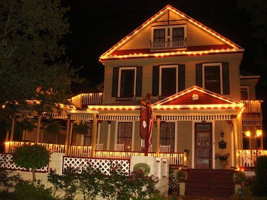 The Cedar House Inn: Cedar House Inn at night