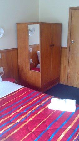 Otaki Motel: Bed and dresser