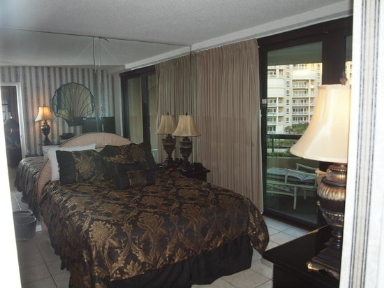 Edgewater Beach Condominium: Master bedroom