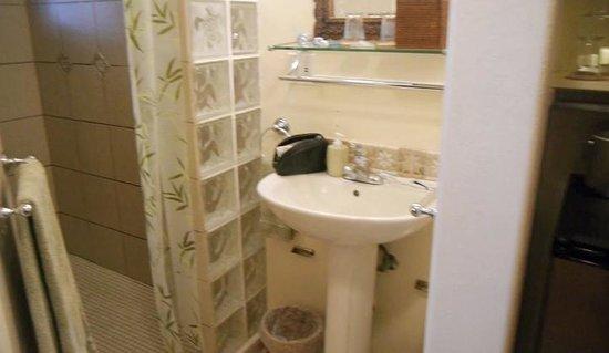 Aloha Guest House: The Bathroom in our Aloha Room