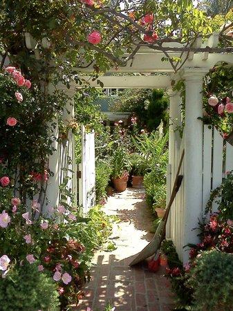 Glorietta Bay Inn: Gate leading to a beautiful private home on Coronado.