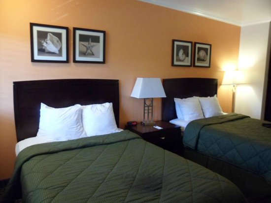 Comfort Inn Santa Cruz: Comfortable beds w/4 pillows each.